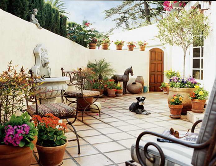 Уютный дворик в средиземноморском