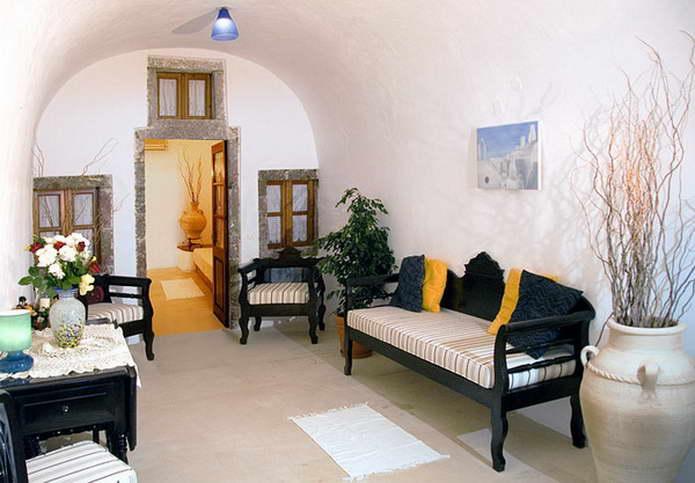 Общая комната в скромном средиземноморском стиле